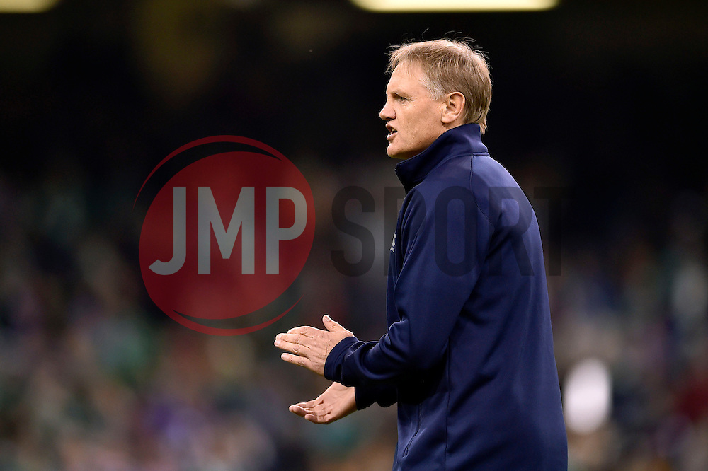 Ireland head coach Joe Schmidt rallies his team during the pre-match warm-up - Mandatory byline: Patrick Khachfe/JMP - 07966 386802 - 11/10/2015 - RUGBY UNION - Millennium Stadium - Cardiff, Wales - France v Ireland - Rugby World Cup 2015 Pool D.