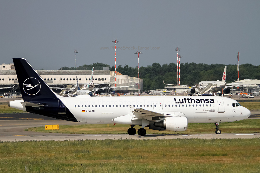 Lufthansa Airbus A320-200 (D-AIZC) ready for takeoff at Malpensa (MXP / LIMC), Milan, Italy