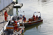 Mannheim. 29.07.17 | &Uuml;bung um M&uuml;hlauhafen<br /> M&uuml;hlauhafen. Rettungs&uuml;bung von Feuerwehr DLRG und ASB. Das Szenario: Ein Fahrgastschiff brennt und die Passagiere m&uuml;ssen gerettet werden. <br /> Auf der MS Oberrhein wird ge&uuml;bt. Dazu ankert das Schiff in der Fahrrinne des M&uuml;hlauhafens. Das Feuerl&ouml;schboot Metropolregion 1 kommt dazu.<br /> <br /> BILD- ID 0919 |<br /> Bild: Markus Prosswitz 29JUL17 / masterpress (Bild ist honorarpflichtig - No Model Release!)