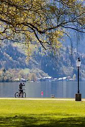 THEMENBILD - ein Radfahrer macht ein Erinnerungsfoto am Ufer des Zeller Sees, aufgenommen am 30. April 2016, am Zeller See, Zell am See, Oesterreich // a cyclist makes a souvenir photo on the banks of Lake Zell, Zell am See, Austria on 2016/04/30. EXPA Pictures © 2016, PhotoCredit: EXPA/ JFK