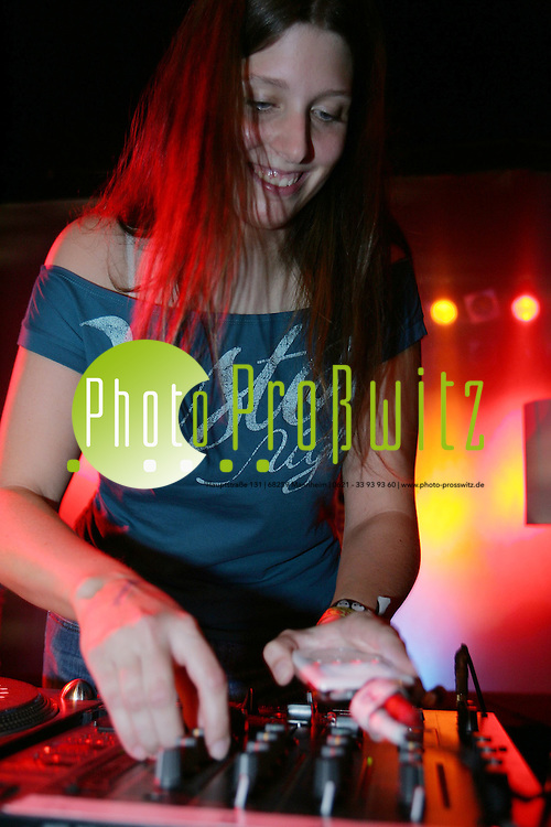 Mannheim. Feuerwache. SWR Das Ding veranstaltet eine MP3 iPod DJ-Party. Jeder darf mit seinem iPod DJ-Spielen. Als eine der ersten steht Stephanie Birkle auf der B&uuml;hne.<br /> <br /> Bild: Markus Pro&szlig;witz<br /> ++++ Archivbilder und weitere Motive finden Sie auch in unserem OnlineArchiv. www.masterpress.org ++++