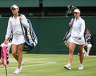 Wimbledon Championships 2012 AELTC,London,.ITF Grand Slam Tennis Tournament, Damen Semi Finale, L-R. Agnieszka Radwanska (POL), und Angelique Kerber (GER) betreten den Centre Court, Ganzkoerper,Querformat,.