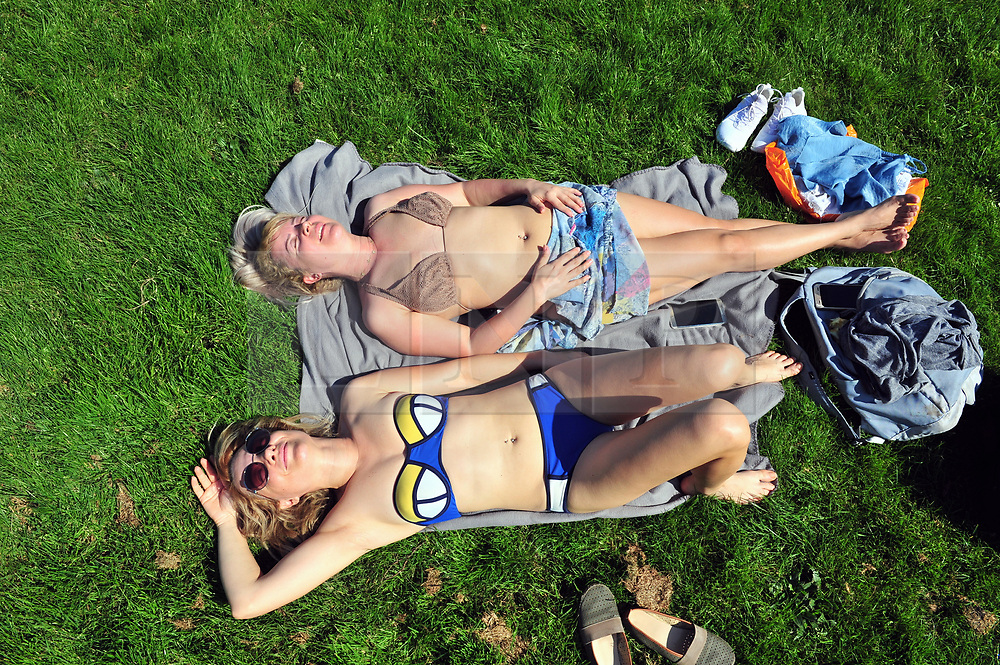 &copy; Licensed to London News Pictures.19/04/2018<br /> GREENWICH, UK.<br /> Hot weather.<br /> Hot sunny weather Greenwich Park, Greenwich as people relax and enjoy the sun.<br /> Photo credit: Grant Falvey/LNP