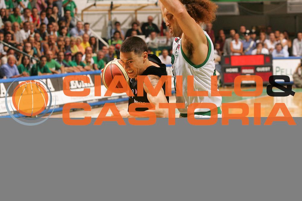 DESCRIZIONE : Siena Lega A1 2006-07 Playoff Finale Gara 3 Montepaschi Siena VidiVici Virtus Bologna <br /> GIOCATORE : Fabio Di Bella <br /> SQUADRA : VidiVici Virtus Bologna <br /> EVENTO : Campionato Lega A1 2006-2007 Playoff Finale Gara 3 <br /> GARA : Montepaschi Siena VidiVici Virtus Bologna <br /> DATA : 17/06/2007 <br /> CATEGORIA : Penetrazione <br /> SPORT : Pallacanestro <br /> AUTORE : Agenzia Ciamillo-Castoria/P.Lazzeroni