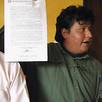 Toluca, Méx.- Dirigentes del Frente de Asociaciones y Organizaciones Sociales (FAOS), presentaron un documento que los ampara para poder vender en las bahias de estacionamineto del mercado Juárez. Agencia MVT / Arturo Rosales Chávez. (DIGITAL)<br /> <br /> NO ARCHIVAR - NO ARCHIVE