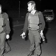 NLD/Hilversum/19921012 - Arrestatie van een persoon Hilversumse Meent gewapend met een pistool en handgranaat, politie toont deze