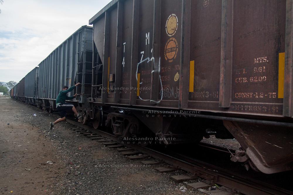 Mexico, San Luis Potosi. A migrant is jumping on the train to the USA.<br /> Messico, San Luis Potosi. Un migrante salta sul treno diretto verso gli USA.