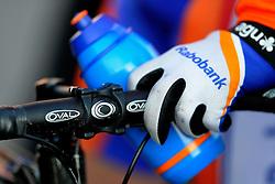 31-01-2009 VELDRIJDEN: WK BELOFTEN: HOOGERHEIDE<br /> item veldrijden rem stuur bidon handschoen fiets illustratief<br /> ©2009-WWW.FOTOHOOGENDOORN.NL