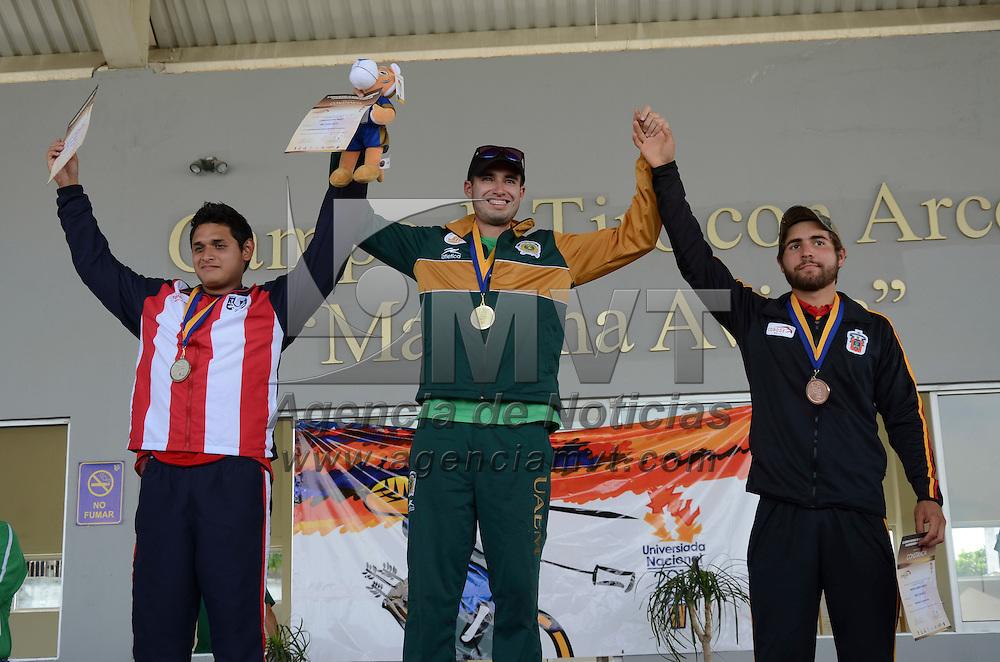 Monterrey, Nuevo León.- Mario Cardoso López  (Centro), atleta representante de la UAEMex en la categoría de tiro con arco compuesto, consiguió la medalla de oro dentro de la Universiada Nacional 2015 en Nuevo León. Agencia MVT / Arturo Hernández.