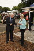 PAUL DANIELS AND GLORIA HUNNIFORD, Press Preview of the RHS Chelsea Flower Show sponsored by Saga Insurance Services. Royal Hospital Rd. London. 22 May 2006. ONE TIME USE ONLY - DO NOT ARCHIVE  © Copyright Photograph by Dafydd Jones 66 Stockwell Park Rd. London SW9 0DA Tel 020 7733 0108 www.dafjones.com