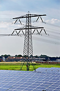 Nederland, the netherlands, 28-5-2018 Zonnepark in de provincie Gelderland. Hoogspanningsmast en hoogspanningskabels hangen erboven .Foto: Flip Franssen