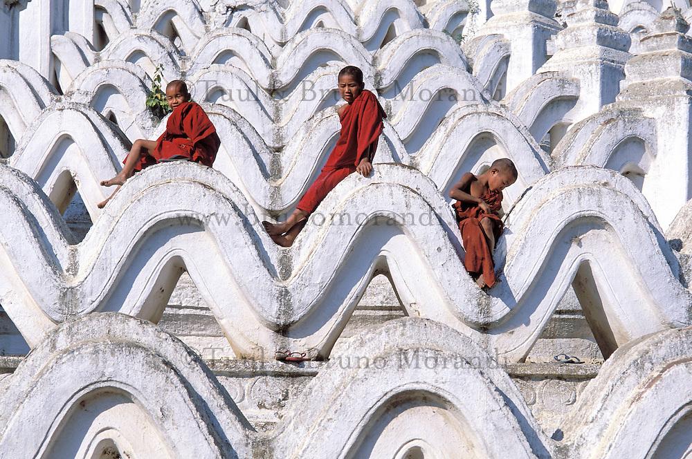 Myanmar (ex Birmanie), Mandalay, Site de Mingun, Jeunes moines à la Paya Hsinbyume  // Myanmar (Burma), Mandalay, Young monks at Paya Hsinbyume, Mingun site