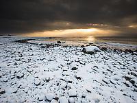 Nysnø på rullesteinstrand ved Hårr i Hå kommune, Rogaland. Snøen ligger sjeldent lenge på Jæren.