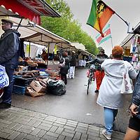 Nederland, Amsterdam , 19 augustus 2014.<br /> Markt en marktafval aan het einde van de dag in Amsterdam ZuidOost bij Kraaiennest.<br /> Kraaiennest is een station van de Amsterdamse metro, gelegen op een viaduct boven de Karspeldreef in het stadsdeel Amsterdam Zuidoost. Het bovengrondse metrostation opende op 14 oktober 1977 en maakt deel uit van Gaasperplaslijn 53.<br /> Foto:Jean-Pierre Jans