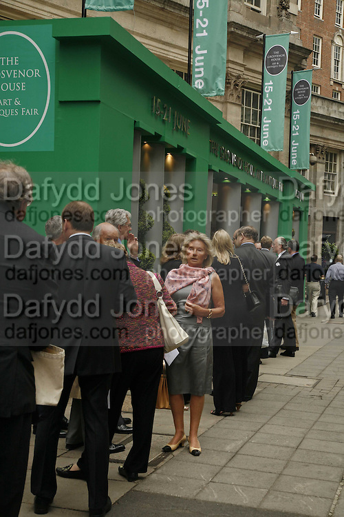 Mrs. John Keil ( in pink) Queue before  the opening, Queue before  the opening. The opening  day of the Grosvenor House Art and Antiques Fair.  Grosvenor House. Park Lane. London. 14 June 2006. ONE TIME USE ONLY - DO NOT ARCHIVE  © Copyright Photograph by Dafydd Jones 66 Stockwell Park Rd. London SW9 0DA Tel 020 7733 0108 www.dafjones.com