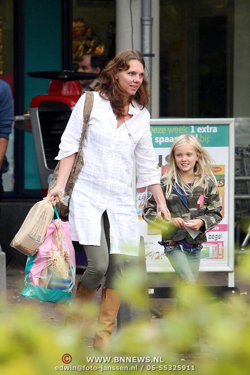 NLD/Laren/20070927 - Esther Duller en dochter Beau Ziggy winkelend in Laren