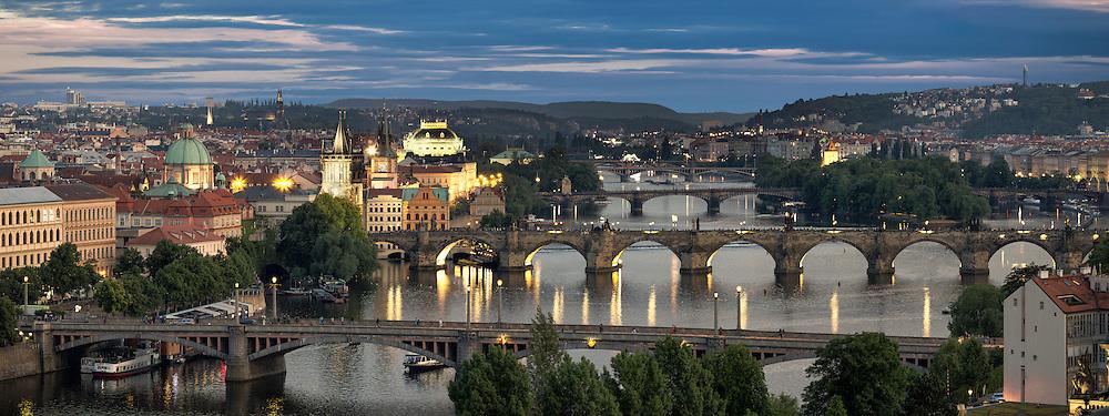 Blick über Prag auf die Moldau und die Karlsbrücke