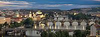 Blick über Prag auf die Moldau und die Karlsbrücke. Schon 1971 wurde der historische Kern unter Denkmalschutz gestellt und von der Unesco als Weltkulturerbe ausgezeichnet.