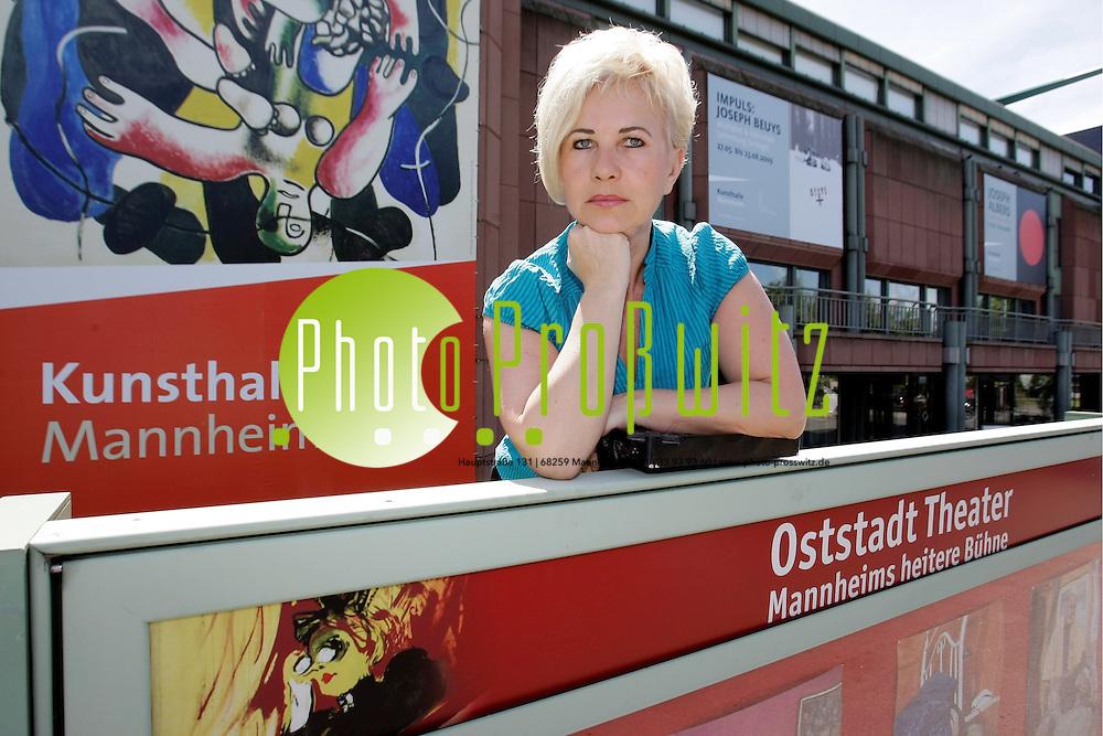 Mannheim. Oststadttheater. Carmen P. Linka<br /> Schauspiel, Theaterleitung. Sie ist besorgt &cedil;ber m&circ;gliche Umbaupl&permil;ne der Kunsthalle, denn das Oststadttheater ist im Untergeschoss der Kunsthalle beheimatet.<br /> <br /> Bild: Markus Proflwitz / masterpress /  <br /> <br /> ++++ Archivbilder und weitere Motive finden Sie auch in unserem OnlineArchiv. www.masterpress.org oder &cedil;ber das Metropolregion Rhein-Neckar Bildportal   ++++