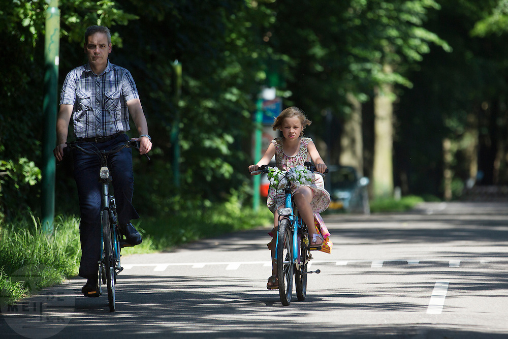 In Lage Vuursche fietst een vader met zijn dochtertje.<br />