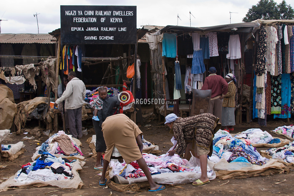 Nairobi - Quenia. Kibera, a maior favela da Africa, onde vivem entre 1 e 1,5 milhoes de pessoas. Comercio ao longo da ferrovia que corta a favela / Kibera in Nairobi, Kenya is the largest slum in Africa with a population of perhaps 1 or 1,5 million. Commerce along the railroad that pass over the slum.