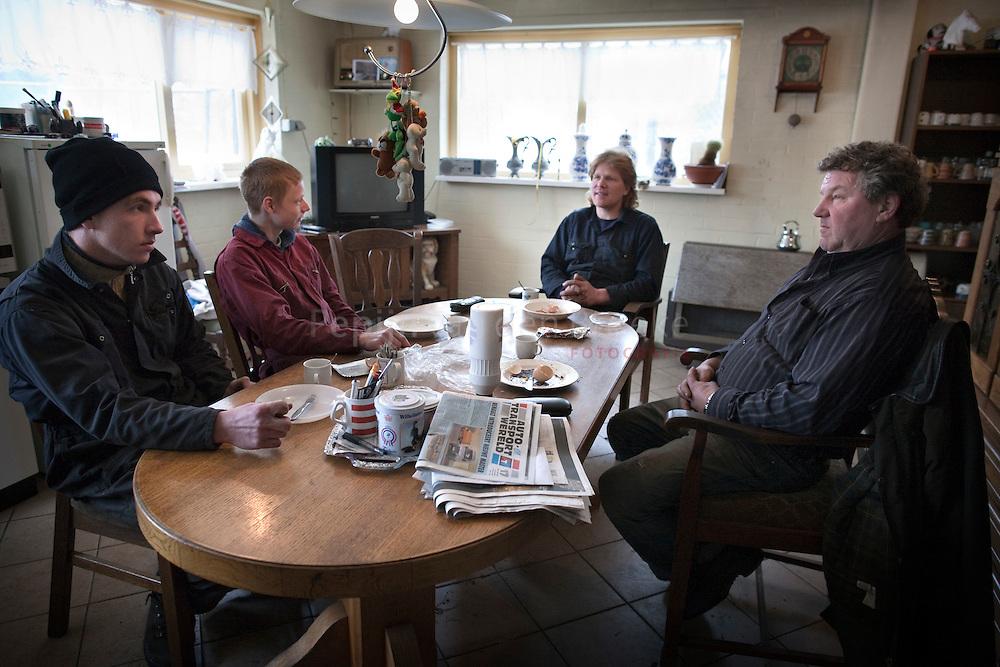 lunchplek bij autosloopbedrijf Jagersma in Grootegast. Interview voor Ambitie door Dennis Katinas (lunchplek). vlnr: Steffan Snip, Freddy Snip, Petro Jagersma, Ate Jagersma.