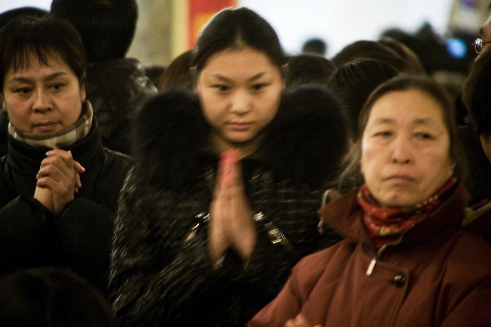 Christmas Midnight Mass in the  official church of Wangfujing,  Beijing, 24-25 december 2009. -<br /> Messe de Noel dans l'&quot;Eglise de l'Est&quot; &agrave; P&eacute;kin, dont le clerg&eacute; d&eacute;pend du gouvernement. A gauche la r&eacute;f&eacute;rence des chants et les paroles pour les nouveaux fid&egrave;les. 2009