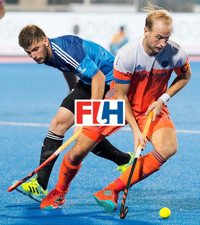 BHUBANESWAR - Billy Bakker (Ned) met Alan Andino (Arg)  tijdens de Hockey World League Final wedstrijd Nederland-Argentinie (3-3).   COPYRIGHT  KOEN SUYK