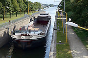 Nederland, Weurt, 11-9-2013De sluis in het Maas Waal kanaal. Leeg binnenvaartschip wordt geschut.Foto: Flip Franssen/Hollandse Hoogte