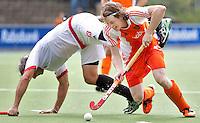 AMSTELVEEN - International Seve van Ass passeert de Canadees en clubgenoot bij HGC, Rob Short.  in actieDe mannen van het Nederlands Hockeyteam hebben zondag, ter voorbereiding aan het EK dat volgende week in Duitsland wordt gehouden, geoefend tegen Canada (7-2).     Copyright Koen Suyk.