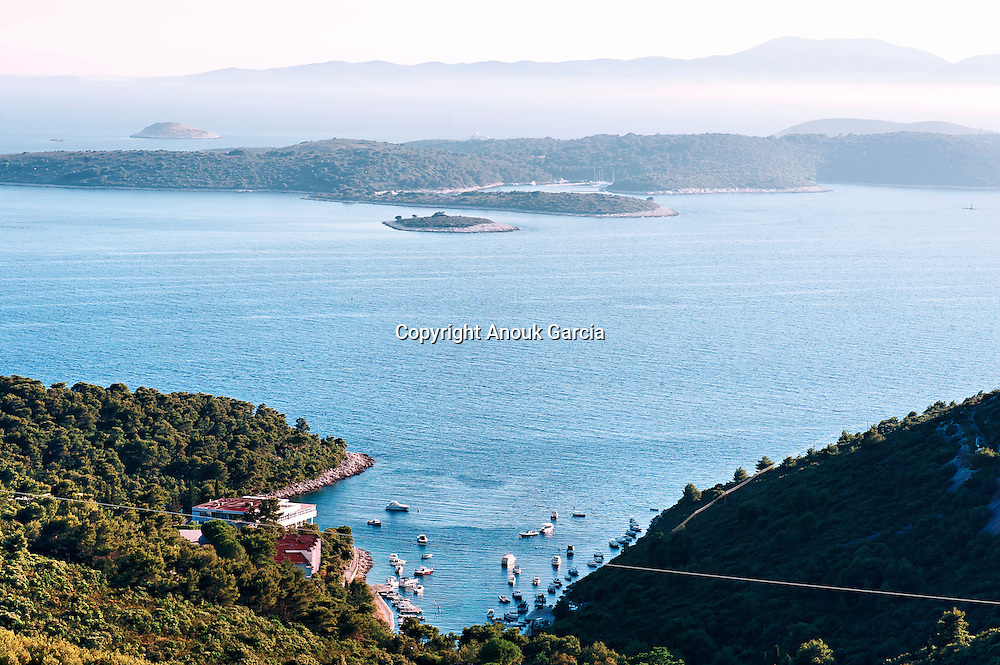 The secret pearl of Hvar is the archipelago of Pakleni where leave from several century a Meneghello family.  On the backline Vis Island which can be reach by taxi boat. | .La perle secrète de Hvar est l'archipel de Pakleni où règne en maître depuis plusieurs siècle la famille Meneghello.  Au large lîle de vis est accessible par bateau taxi.