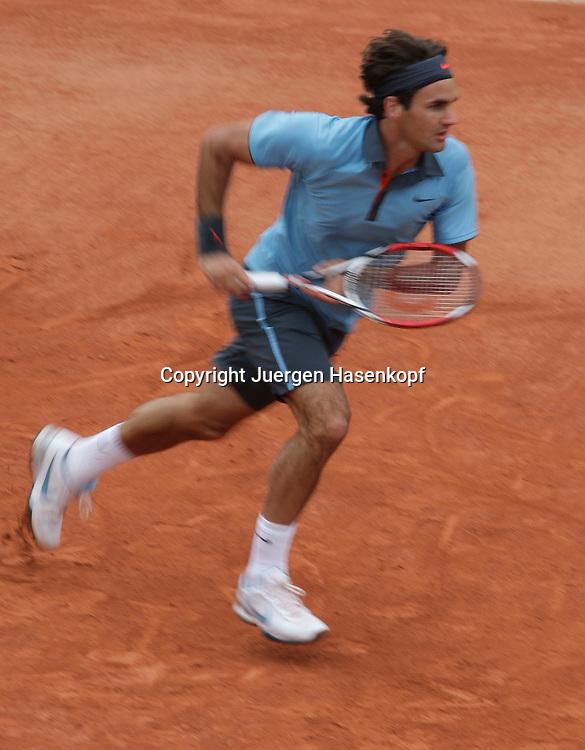 French Open 2009, Roland Garros, Paris, Frankreich,Sport, Tennis, ITF Grand Slam Tournament, <br />  Roger Federer (SUI) sprinted nach vorn,laeuft,action,Wischeffekt,Mitzieher<br /> <br /> <br /> <br /> Foto: Juergen Hasenkopf