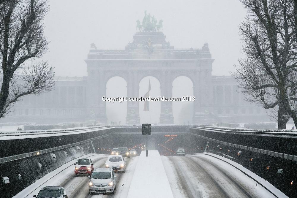 Brussel 12 maart 2013. Zware sneeuwbuien teisteren geheel Belgie. De langste files sinds tijden. Het verkeer, bussen, treinen hebben veel last van de sneeuw.De auto's rijden stapvoets door de tunnels, zoals hier in het Jubelpark.
