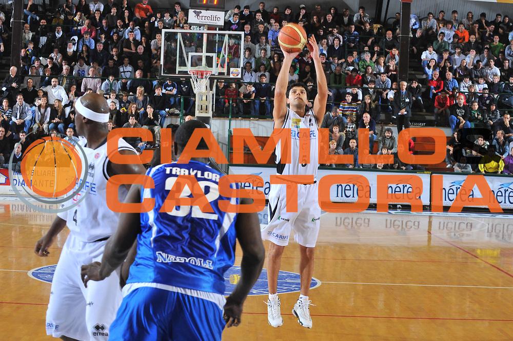 DESCRIZIONE : Ferrara Lega A 2009-10 Carife Ferrara Martos Napoli<br /> GIOCATORE : Daniel Farabello<br /> SQUADRA : Carife Ferrara<br /> EVENTO : Campionato Lega A 2009-2010<br /> GARA :  Carife Ferrara Martos Napoli<br /> DATA : 22/11/2009<br /> CATEGORIA : Tiro Three Points<br /> SPORT : Pallacanestro<br /> AUTORE : Agenzia Ciamillo-Castoria/M.Gregolin<br /> Galleria : Lega Basket A 2009-2010<br /> Fotonotizia : Ferrara Campionato Italiano Lega A 2009-2010 Carife Ferrara Martos Napoli<br /> Predefinita :