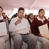 METEPEC, México.- Alonso Lujambio, Secretario  de Educación Pública hizo entrega  de becas a estudiantes de bachilleres tecnológicos en el Estado de México,  detalló que en el Estado de México se apoyara con becas alrededor de 90 mil jóvenes que cursan la educación media superio. Agencia MVT / Crisanta Espinosa. (DIGITAL)