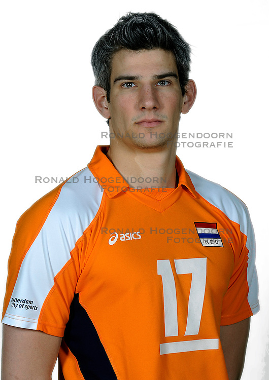 18-05-2010 VOLLEYBAL: NEDERLANDS HEREN VOLLEYBAL TEAM: CAPELLE AAN DE IJSSEL<br /> Reportage Nederlands volleybalteam mannen / Rob Bontje<br /> &copy;2010-WWW.FOTOHOOGENDOORN.NL