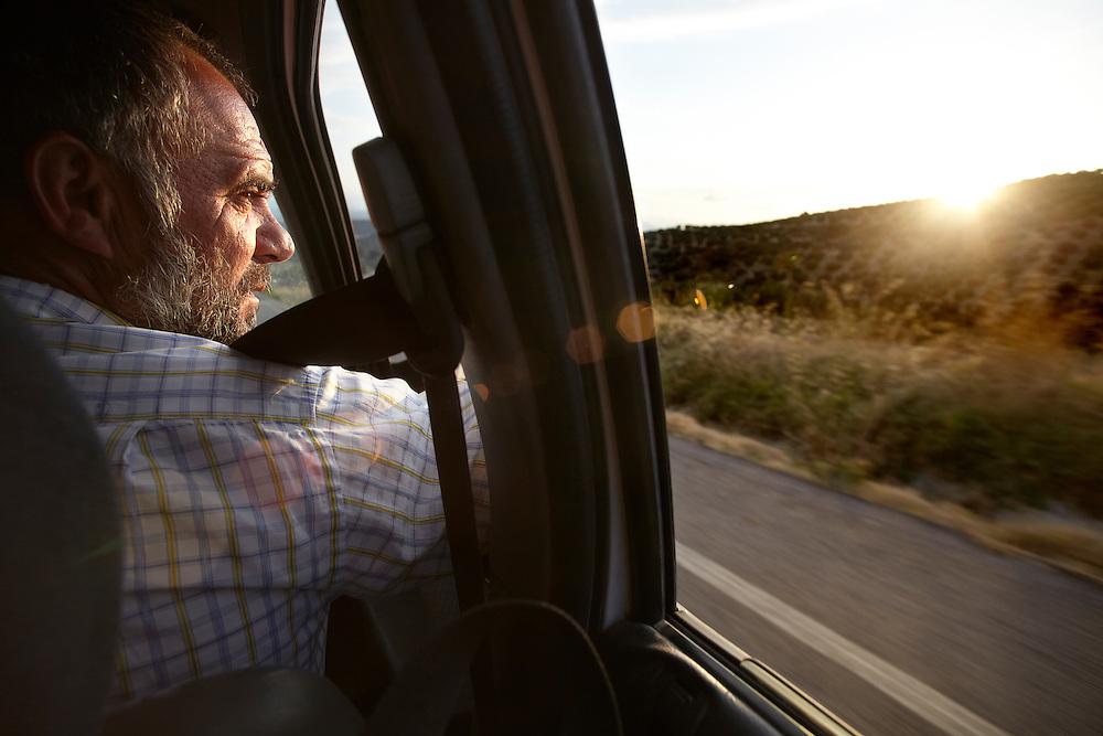 07/10/11. ALCALÁ DEL VALLE (CADIZ). Aurelio Hinojosa no tiene carné de conducir. Para el trabajo que realiza, nunca le hizo falta y, además, goza yendo de acompañante cada vez que retorna a su tierra andaluza. FOTOGRAFIA: TONI VILCHES.