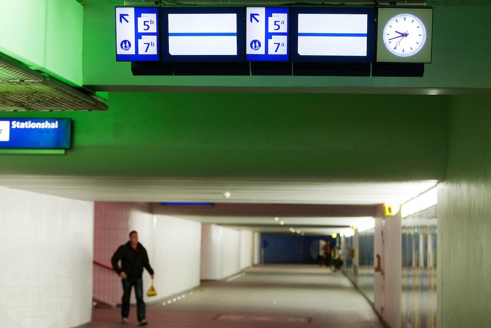 De tunnel onder Utrecht CS is vrijwel verlaten. Door een stroomstoring is het treinverkeer richting het noorden van Utrecht geheel stil komen te liggen. Er rijden alleen treinen richting Arnhem en Den Bosch.<br /> <br /> Empty tunnel at Utrecht Central Station. No trains can leave the station due to a power failure.