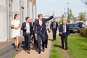 Koning Willem-Alexander brengt een bezoek aan het buddy to buddy-project. Stichting buddy to buddy helpt vluchtelingen uit een isolement door inwoners en vluchtelingen aan elkaar te koppelen. Het project is een van de drie winnaars van een Appeltje van Oranje. <br /> <br /> King Willem-Alexander is visiting the buddy to buddy project. The buddy to buddy foundation helps refugees escape isolation by linking residents and refugees. The project is one of the three winners of an Appeltje van Oranje.