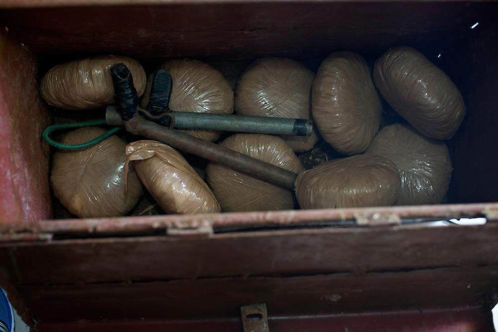 San Pedro Sula, Honduras<br /> <br /> 10 p&aring;sar med 1/2 kg marijuana i varje och tv&aring; stycken hemmagjorda vapen, kallas Chimba. Chimba anv&auml;nds ofta av de olika g&auml;ngen f&ouml;r att avr&auml;tta varandra. Polisen tog detta i beslag under en razzia.<br /> <br /> Photo: Niclas Hammarstr&ouml;m