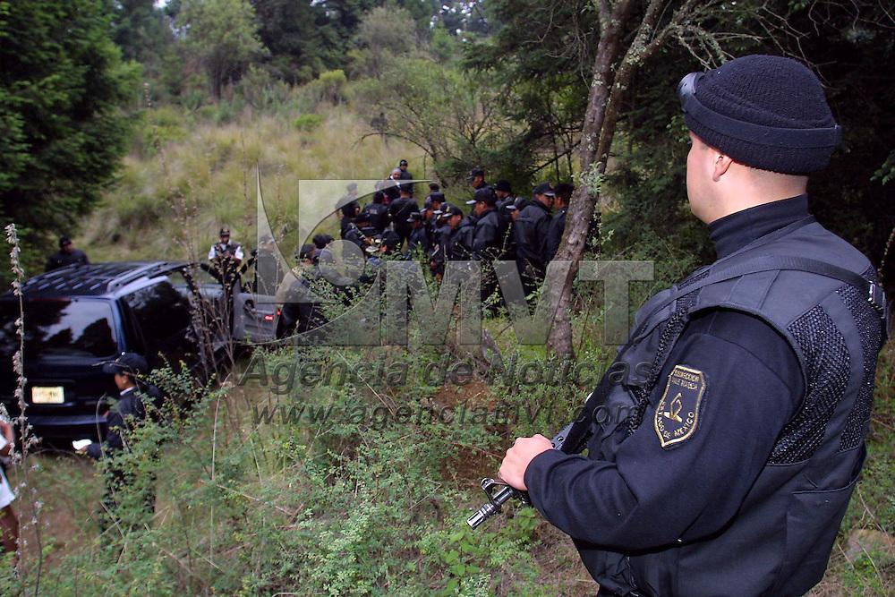 Ocoyoacac, M&eacute;x.- Elementos de la policia Estatal buscan en la zona boscosa de la Marqueza a los responsables de secuestro que fueron interceptados sobre la carretera Mexico Toluca, en el lugar solo fueros encontradas las prendas que vestian los delincuentes y rastros de sangre. Agencia MVT / Mario V&aacute;zquez de la Torre. (DIGITAL)<br /> <br /> NO ARCHIVAR - NO ARCHIVE