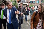 CDA leider Sybrand Buma bezoekt in Utrecht met Wishing Well West, een sociale, culturele en groene ontmoetingsplek voor buurtbewoners en kunstenaars de multiculturele wijk Lombok. Helemaal links de lijsttrekker van CDA Utrecht Sander van Waveren.
