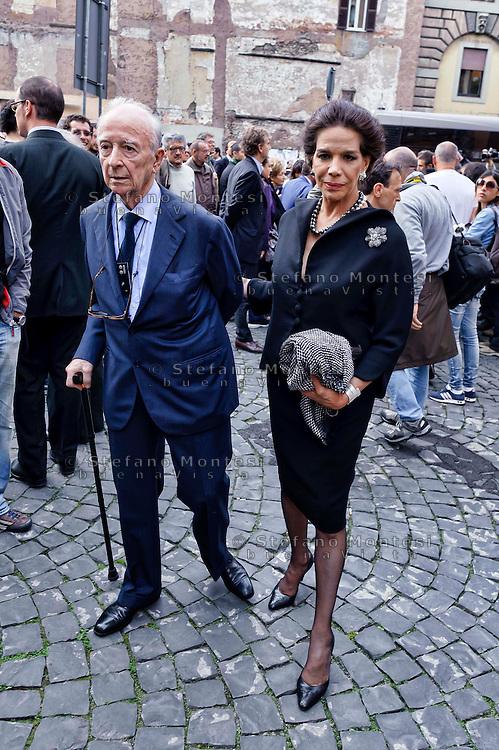 Roma 7  Maggio 2013.Il Funerale di Giulio Andreotti , la bara portata a spalla dalla sua abitazione fino alla chiesa di San Giovanni dei Fiorentini. Marisela e Paolo Federici