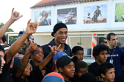 Ronaldinho Gaúcho brinca com as crianças durante o lançamento do Instituto Ronaldinho Gaúcho em Porto Alegre, 27 de dezembro de 2006. O instituto busca  permitir que as crianças de famílias carentes pratiquem esportes. FOTO: Jefferson Bernardes/Preview.com
