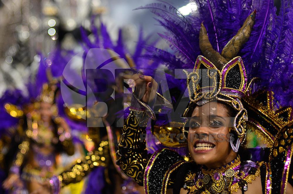 SAO PAULO, SP, 16 DE FEVEREIRO 2013 - CARNAVAL SP - DESFILE DAS CAMPEÃS  - Integrantes da escola de samba  Dragões da Real: quarta colocada do Grupo Especial, durante desfile das campeãs  no Sambódromo do Anhembi na região norte da capital paulista, na madrugada deste sábado, 16. FOTO: LEVI BIANCO - BRAZIL PHOTO PRESS