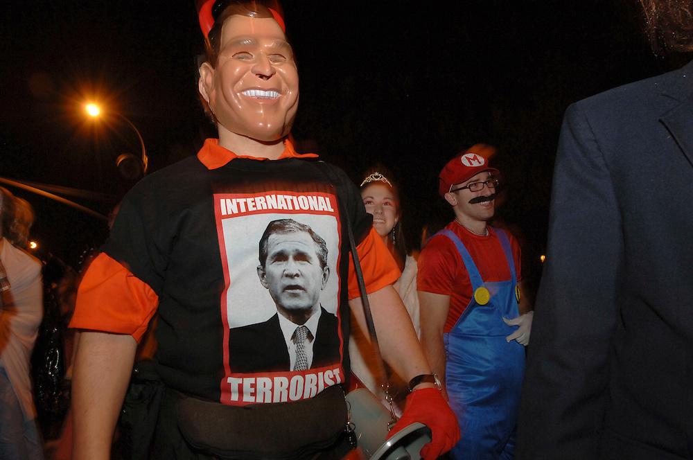 """George Bush mit """"International Terrorist"""" T-shirt auf der 6th Avenue"""