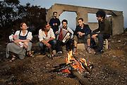 הבילויים ( מימין לשמאל ) : שיקו מנשה , יוני סילבר , נועם ענבר , ימי ויסלר ( מאחור ) , אסף תלמודי ו מאיה דוניץ<br /> להקת הבילויים