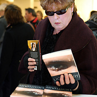 Nederland, Amsterdam , 6 maart 2010..Een vrouw bekijkt de titel van een boek van een vrouwelijke auteur tijdens de signeersessies in de Bijenkorf voorafgaande aan de Boekenweek 2010..Foto:Jean-Pierre Jans