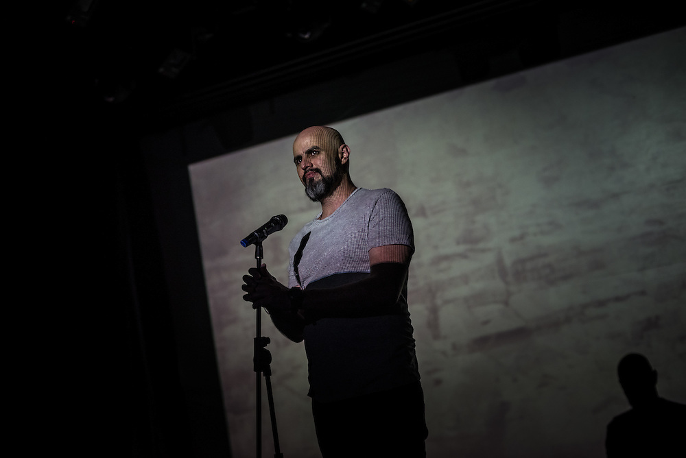 """CARACAS, VENEZUELA - MAY 9, 2015:  Stand-up comedian Rey Vecchionacce performs during the """"Malas Ideas"""" show outside of Caracas, Venezuela. Part of his act includes making jokes about Venezuelans that have migrated to escape the economic crisis here, and also Venezuelans still living in Venezuela but who only think about leaving the country.   PHOTO: Meridith Kohut for Buzzfeed News"""