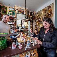 Nederland, Amsterdam, 23 maart 2017.<br />De familie Schaapman in het door hen opgerichte galerie Muizenhuis in de Eerste Tuindwarsstraat in de Jordaan.<br /><br /><br /><br />Foto: Jean-Pierre Jans